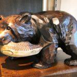 クマ 〜北海道土産の定番・鮭をくわえた木彫りの熊が世界へ羽ばたくとき