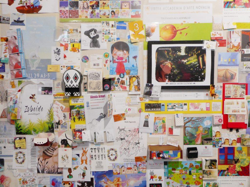 イラストレーターの名刺類が壁をうめつくす(2017年)