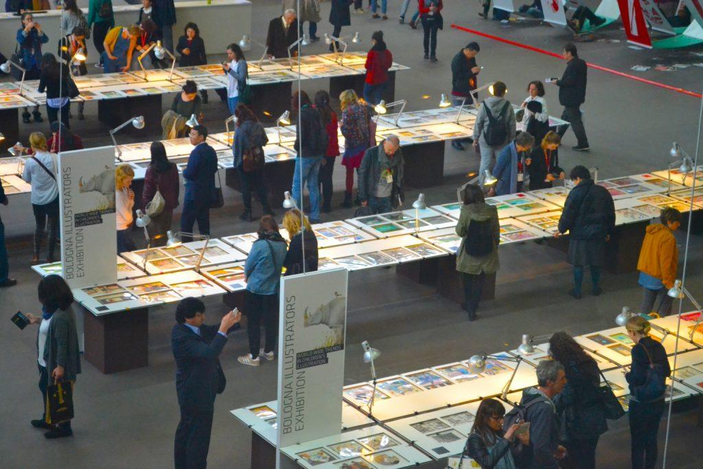 ボローニャ国際絵本原画展の入選作をみる人々(2017年)