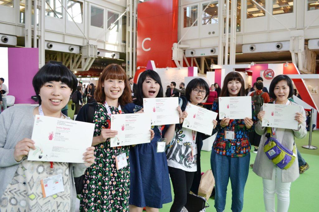 2018年のイラストレーター展受賞者たち。彼女らを含む日本人10人が入選し、うち酒井りかさん(右端)と澤田久奈さん(右から2人目)はさらに他イベントへの公式起用が発表された