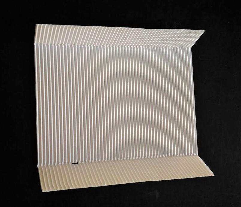 クラッカーの緩衝紙。波型と普通の紙が貼り合わせてある。