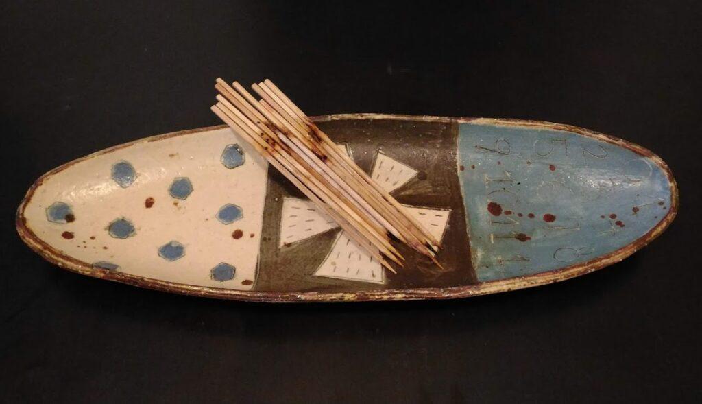 食後残った竹串。10本。皿はリビングストン。