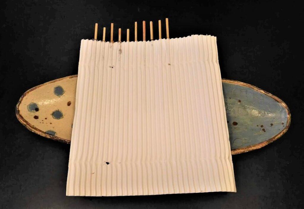 波型紙に串を刺すとしっかりホールドされる。焼き鳥。